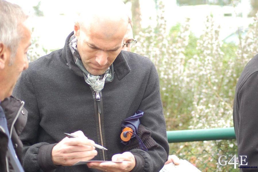 Zidane signe autographe