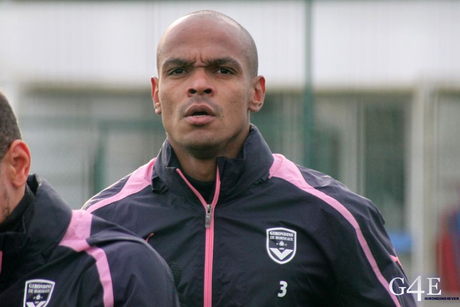 Carlos Henrique regard face footing