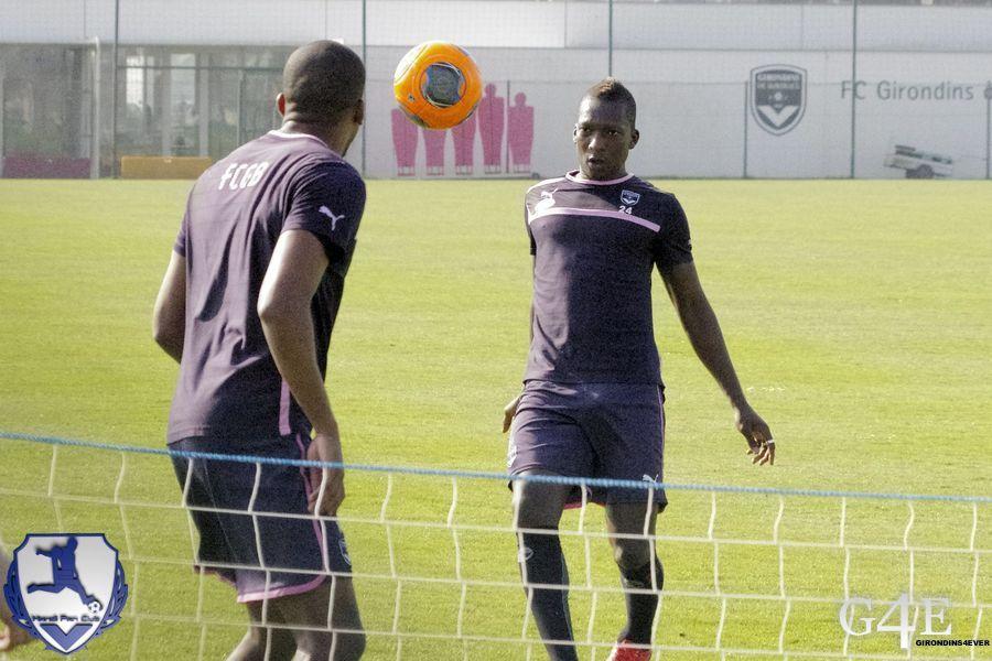 Contrôle d'Abdou Traoré et Maurice Belay de dos.