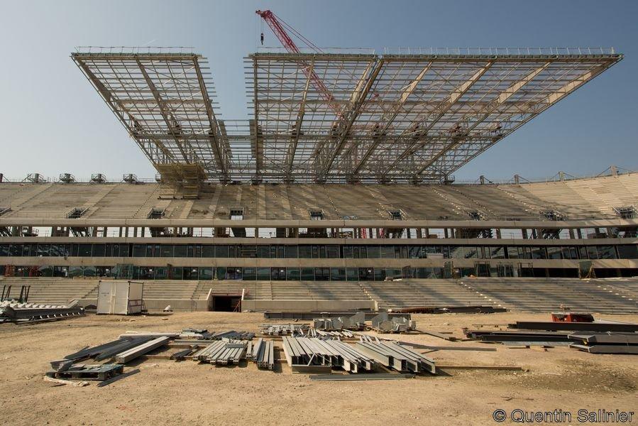 Chantier stade, toiture vue depuis le centre du terrain