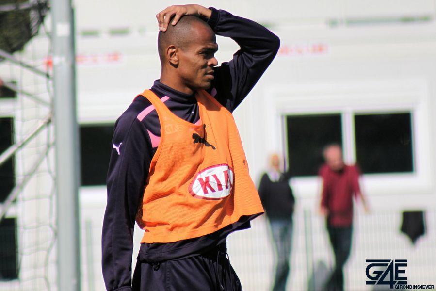 Carlos Henrique gratte la tête