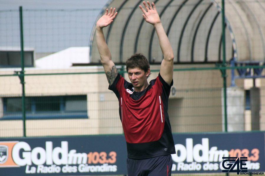 Emiliano Sala, bras en l'air