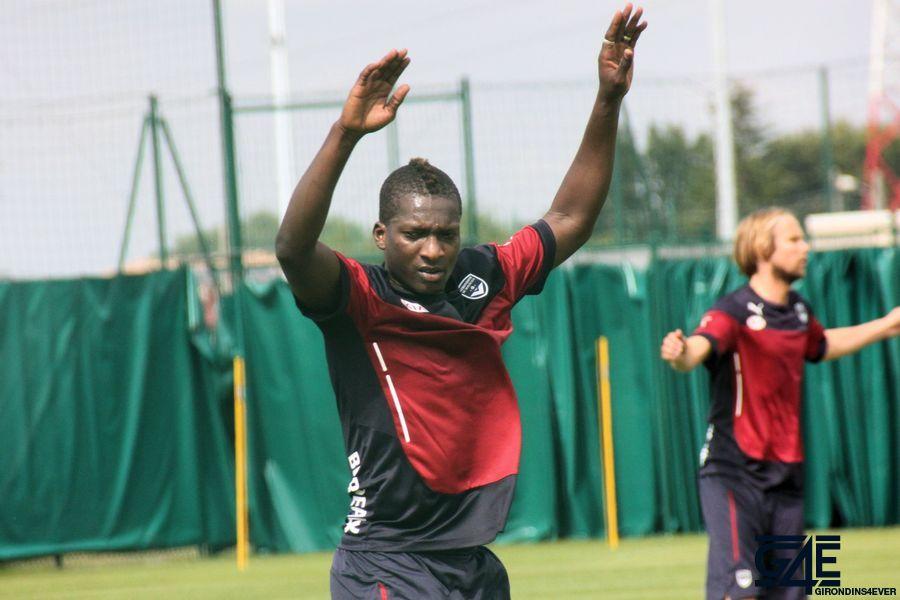 Abdou Traoré, bras en l'air, Plasil au second plan