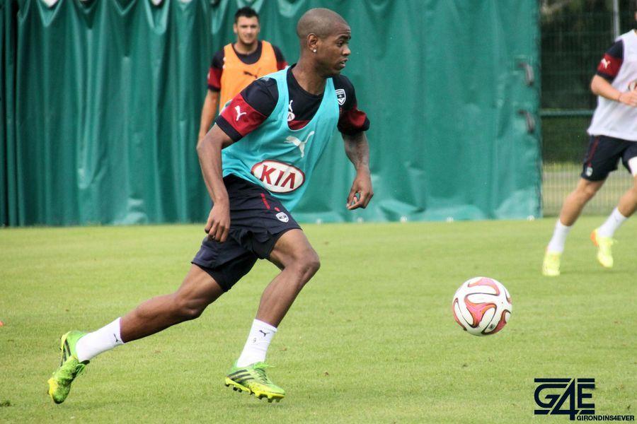 Diego Rolan en plein effort, ballon au pied