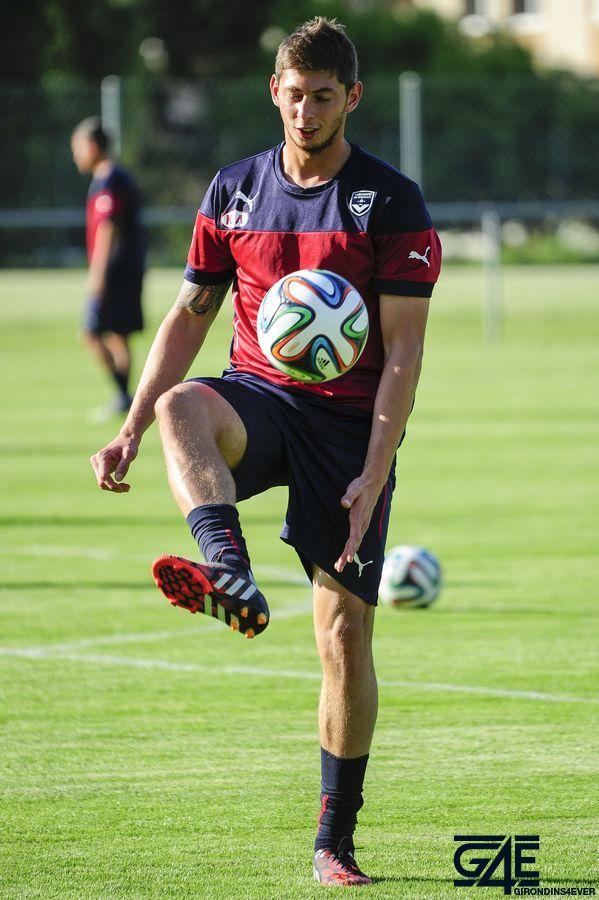 Jongle/passe Emiliano Sala