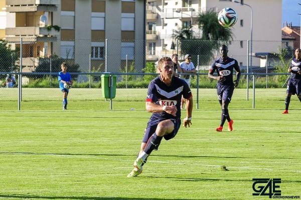 Sertic regarde le ballon dans les airs Shakhtar-Bordeaux