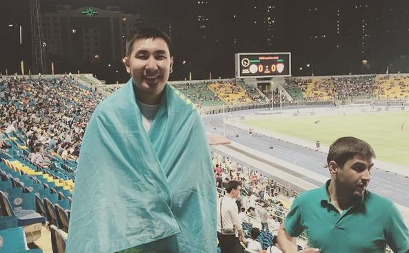Adilet, drapeau du Kazakhstan sur les épaules