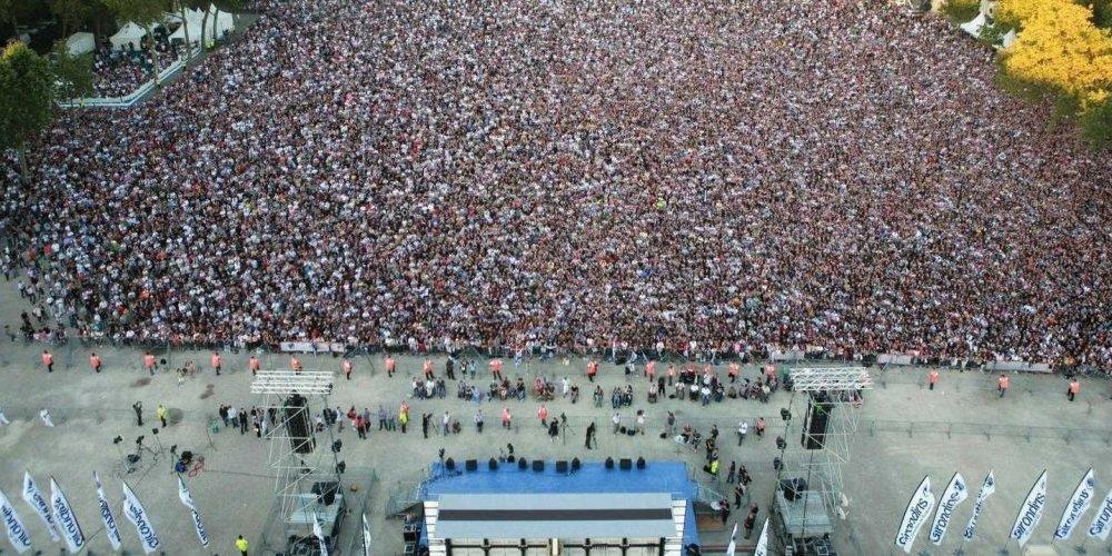 n-mai-2009-il-y-avait-plus-de-80-000-personnes-sur-la-place_3533297_1000x500