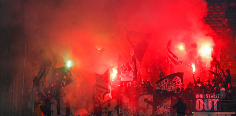 supporters ultramarines fumigene